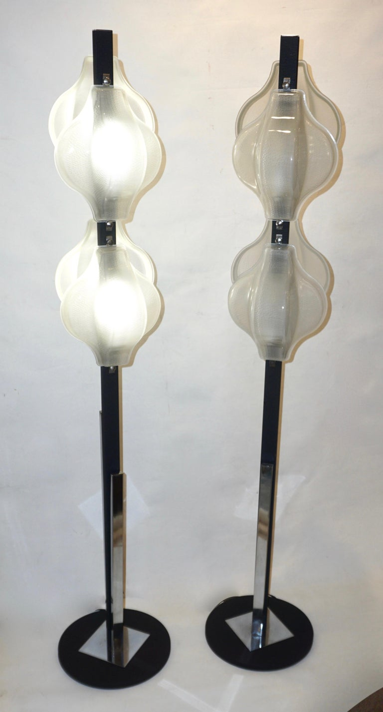 1960s Italian Pair of Minimalist White and Black Organic Chrome Floor Lamps For Sale 4