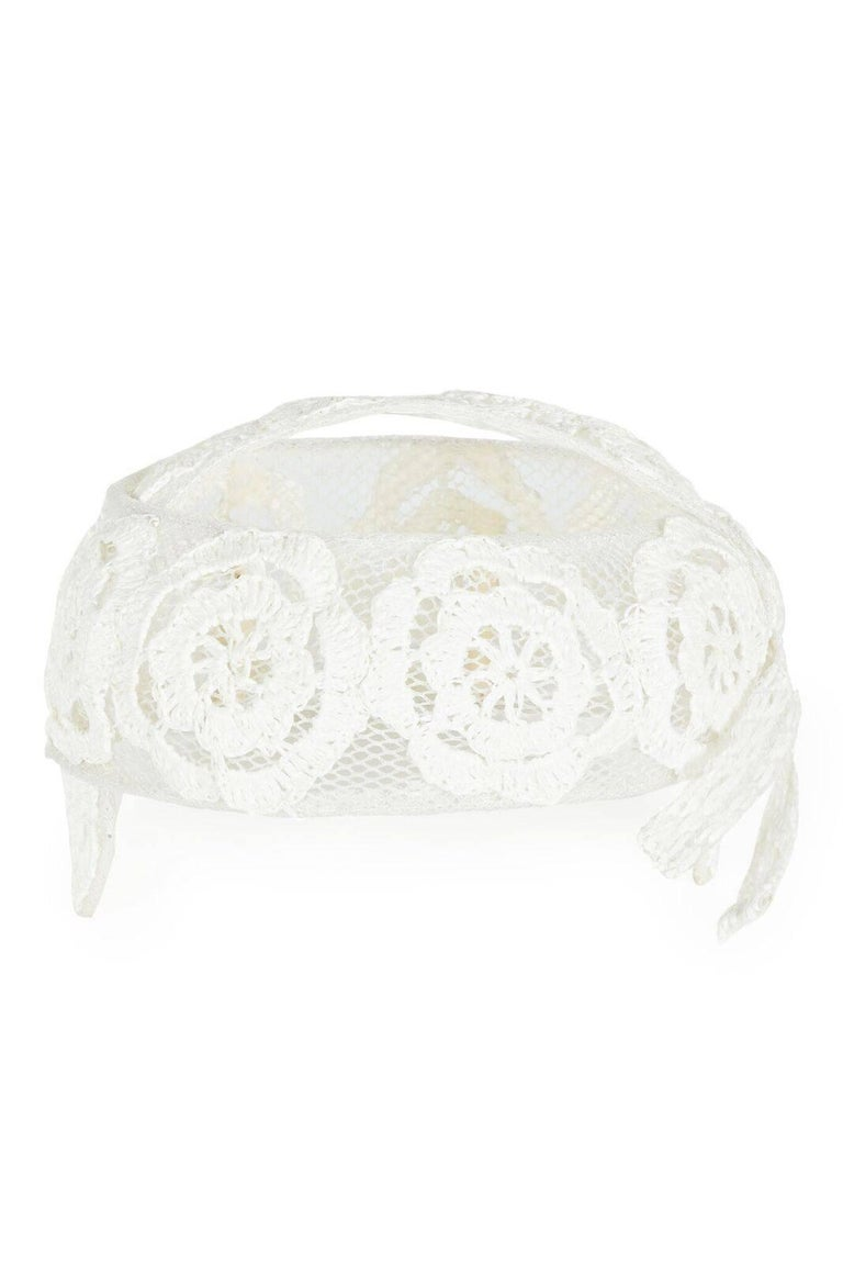This exquisite vintage 1960s Italian white raffia bridal cap is in beautiful condition, and exceptionally feminine. A pretty tumour rose design is skilfully  woven into the raffia, and appears slightly embossed due to the nature of the material. The