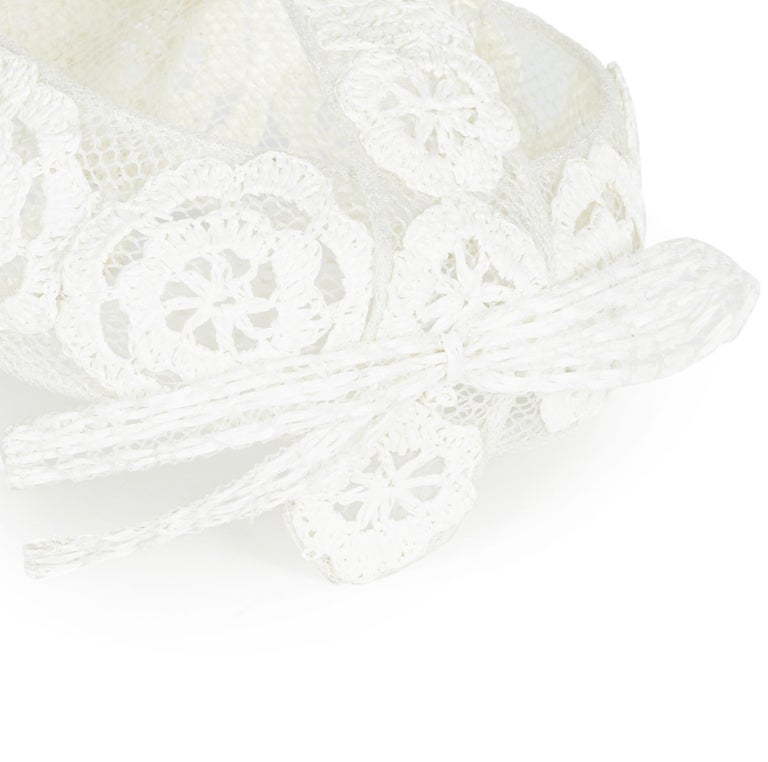 1960s Italian White Raffia Bridal Cap With Floral Design In Excellent Condition For Sale In London, GB