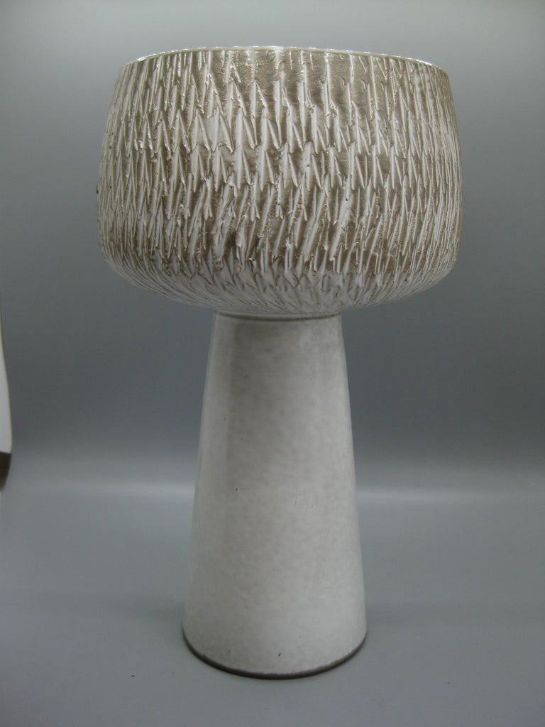 1960s Japanese Modernist Ikebana Ceramic Pottery Sgraffito Pedestal Vase Vessel In Excellent Condition For Sale In San Diego, CA