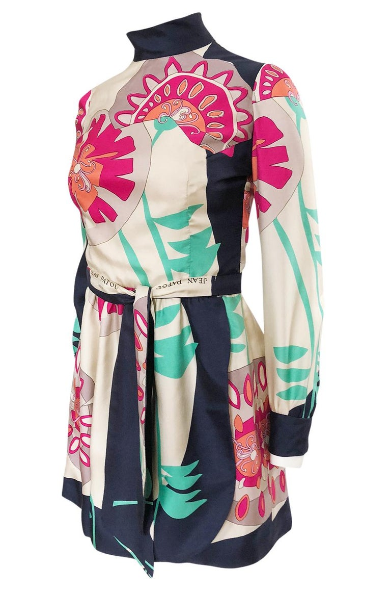 1960s Jean Patou Couture Signed Scarf Print Silk Twill Mini Dress In Excellent Condition For Sale In Rockwood, ON