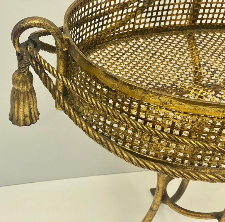 1960s Large Scale Italian Hollywood Regency Gilt Tassel Planter In Good Condition For Sale In Kennesaw, GA