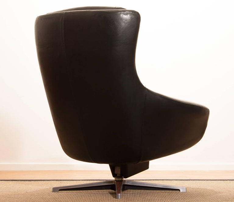 Beautiful swivel lounge chair by Lennart Bender. This chair is made of a black leather seating on a chromed swivel rocking frame. It is in a very nice condition. Period 1960s Dimensions H 91 cm, W 74 cm, D 70 cm, SH 40 cm.
