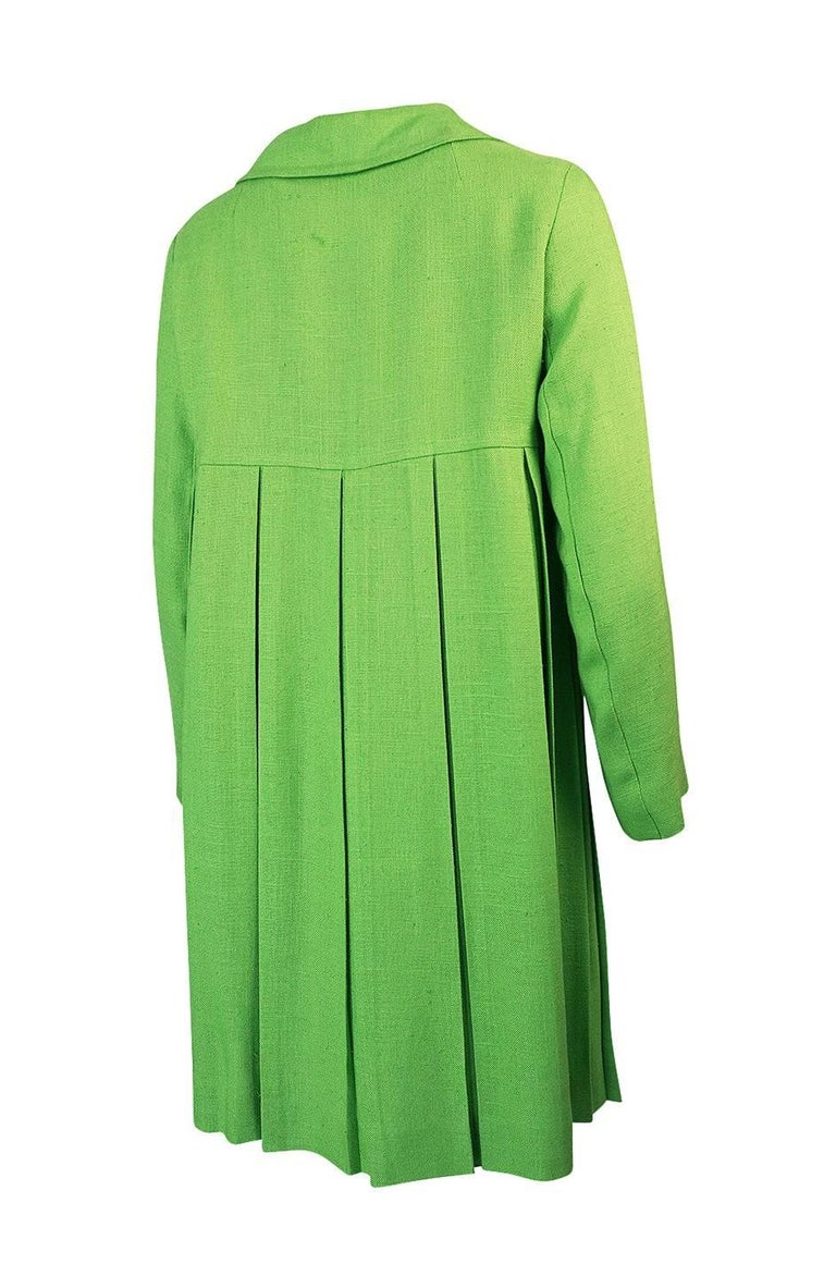 What a chic and pretty spring coat by the Lee Parker Originals label. The bright lime green color is fantastic and the cut is really special. It is like an instant pop of spring. It is cut on a pretty A-line swing that widens out from the more