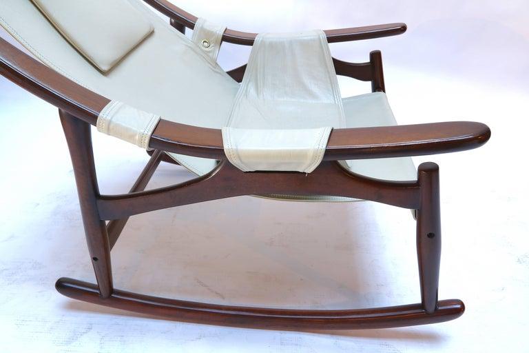 Liceu de Arte Brazilian Jacaranda Wood Rocking Chair in Beige Leather, 1960s In Good Condition For Sale In Los Angeles, CA