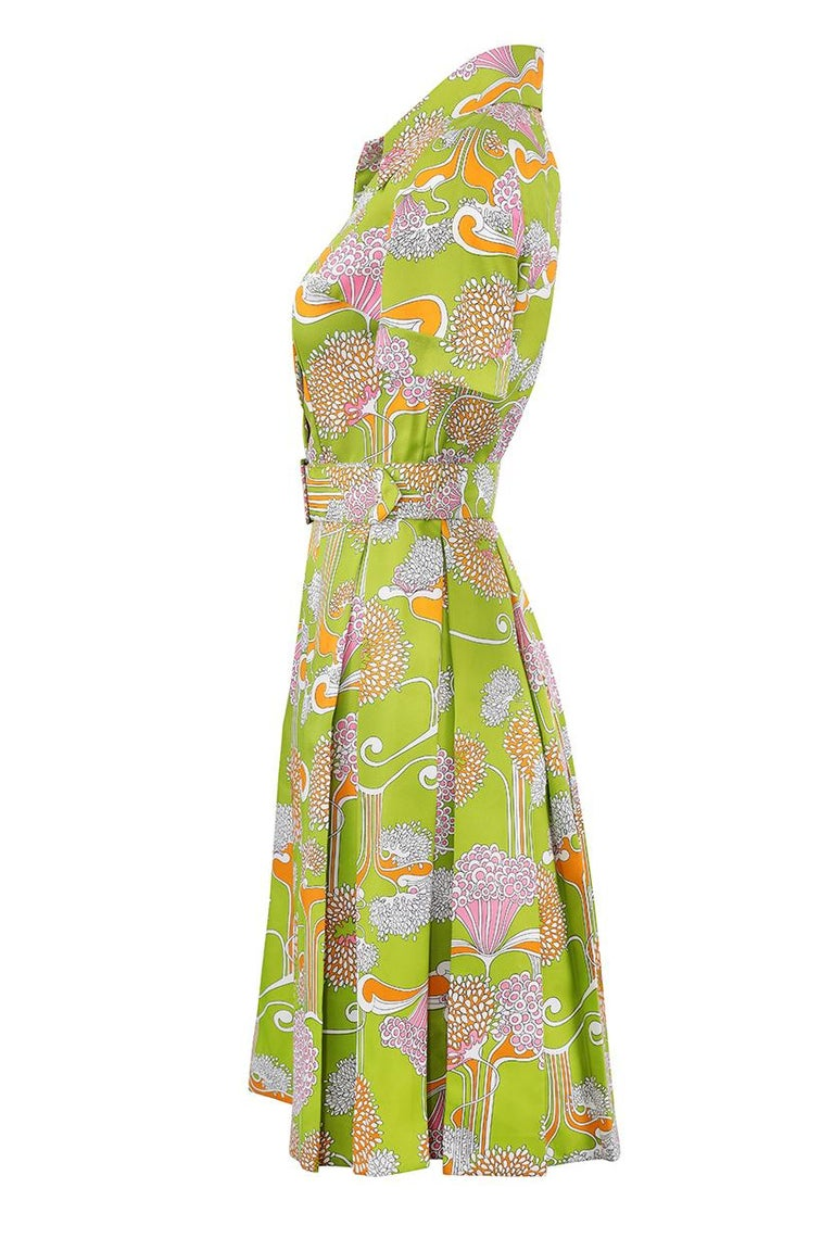 1960s Lime Green Psychedelic Print Dress With Box Pleat Skirt And Wide Lapel  In Excellent Condition For Sale In London, GB