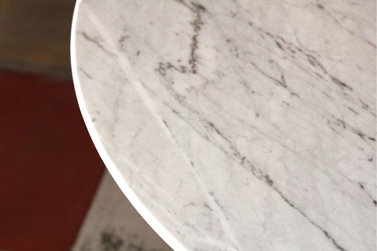 1960s vintage Dining Table with round Carrara marble top For Sale 2