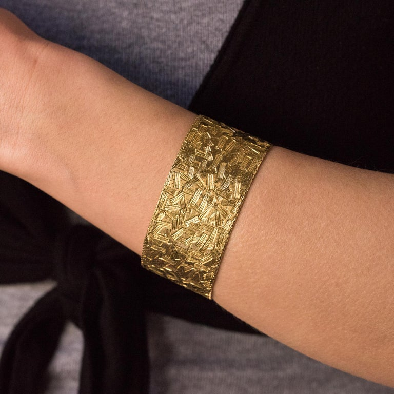 Bracelet in 18 karats yellow and white gold, weevil hallmark. This beautiful retro bracelet is made of a Milanese fabric mesh with patterns. The clasp is ratchet with 2 safety