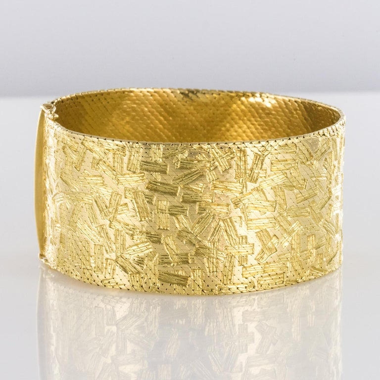 1960s Modernist Decor 18 Karat Yellow Gold Ribbon Bracelet In Excellent Condition For Sale In Poitiers, FR