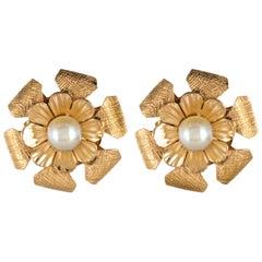1960s Pearls 14 Karat Yellow Gold Flower Shaped Stud Earrings