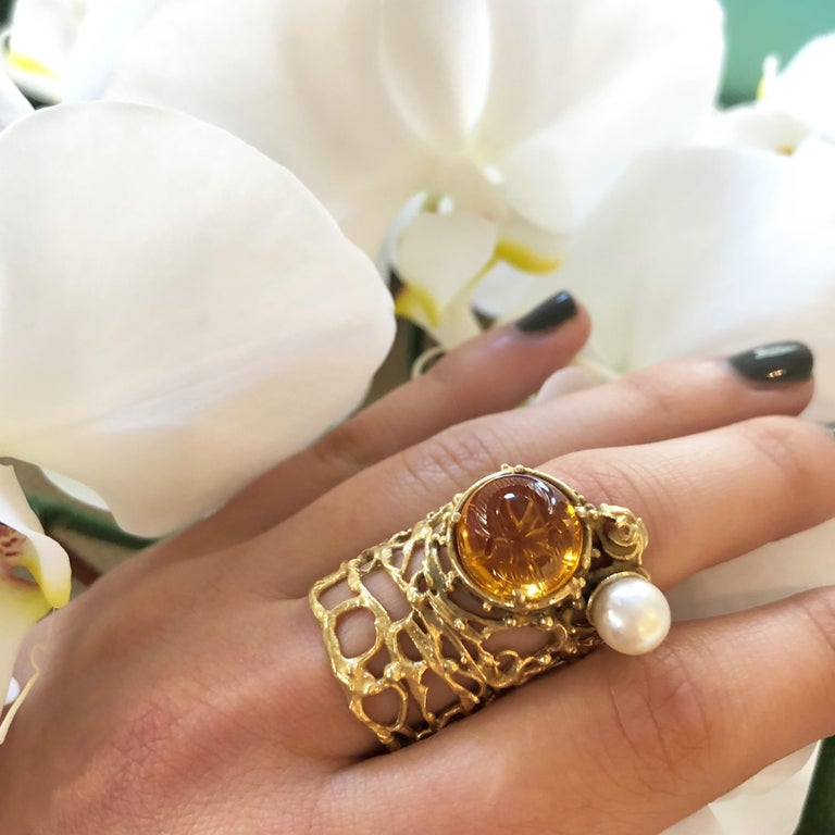1960s Rare Gerda Flöckinger Carved Citrine, Cultured Pearl and Gold Ring In Excellent Condition For Sale In New York, NY