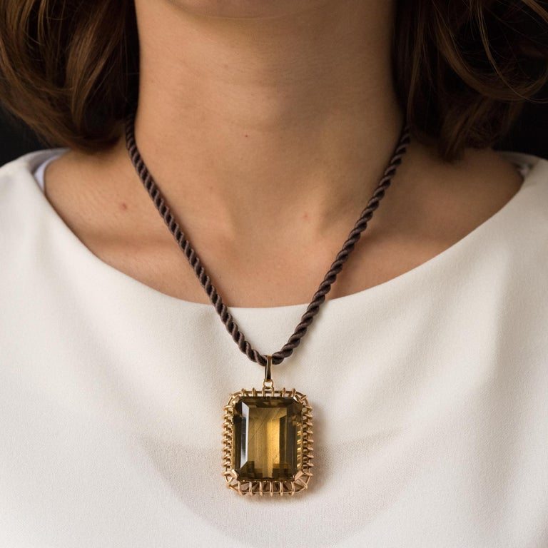 Pendant in 18 karats rose gold. Impressive retro pendant, it is set with 4 flat claws at the 4 angles of an emerald-cut citrine. The mount is made of gold threads. Weight of citrine: about 125 carats. Height: 5.8 cm, width: 3.6 cm, thickness: 1.8