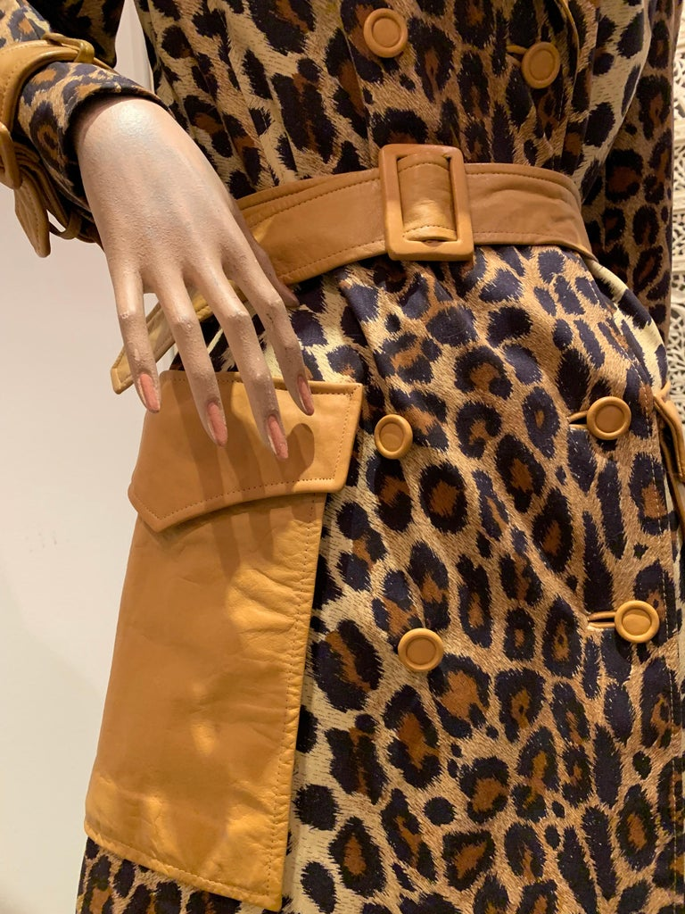 1960s Samuel Robert Leopard Stenciled Canvas Trench W/ Leather Collar Details In Excellent Condition For Sale In San Francisco, CA