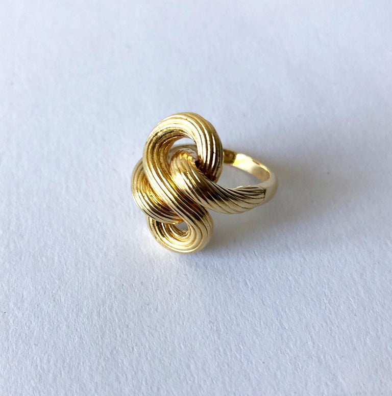 1960s Textured 14 Karat Gold Love Knot Cocktail Ring In Good Condition For Sale In Los Angeles, CA