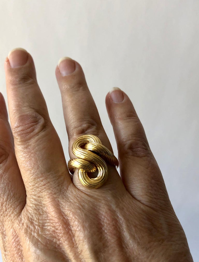 1960s Textured 14 Karat Gold Love Knot Cocktail Ring For Sale 1
