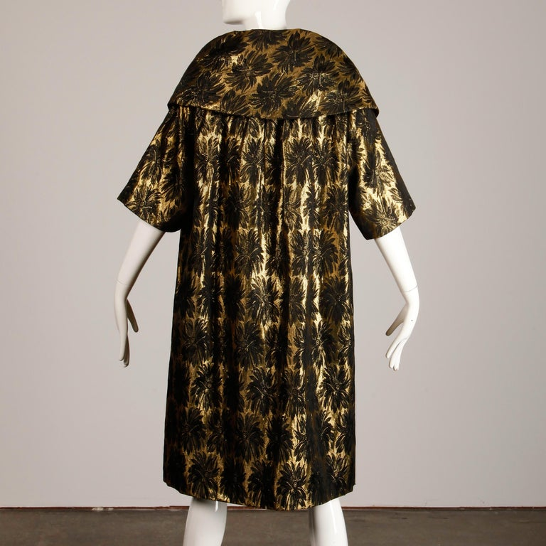 1960s Vintage Metallic Gold Damask Opera or Evening Coat with Pop Up Collar For Sale 2