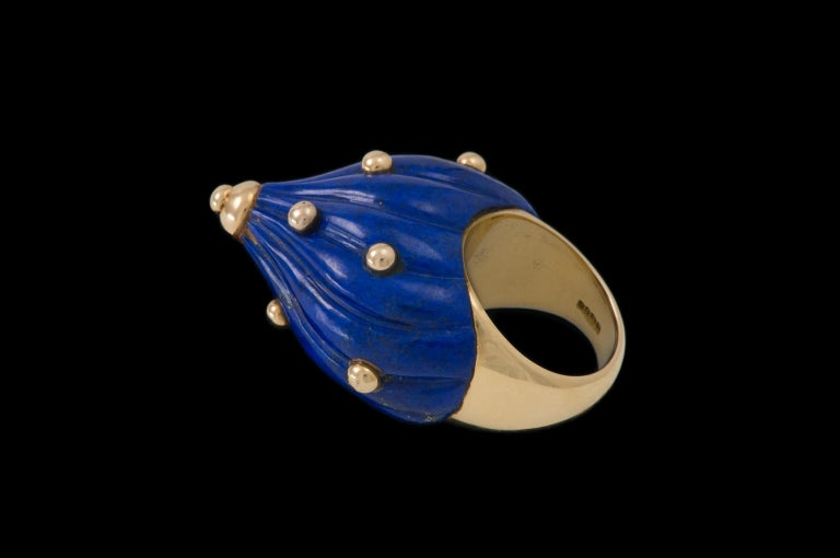 1968 Modernist E.J. Shewry London Carved Lapis and Gold Cocktail Ring In Excellent Condition For Sale In New York, NY