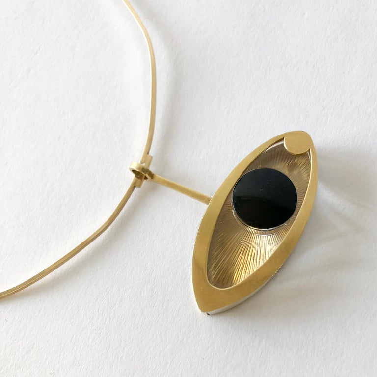1970s 14 Karat Gold Surrealist Lucite Eye of Ra Sun God Pendant Necklace In Good Condition For Sale In Los Angeles, CA