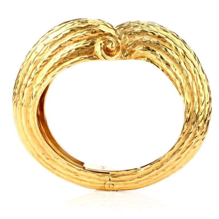 1970s 18 Karat Shell Hinged Cuff Bangle Bracelet In Excellent Condition For Sale In Miami, FL