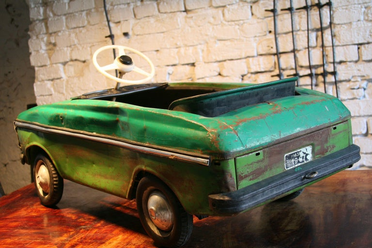 1970s a Metal Pedal Car Moskvich Azak In Fair Condition For Sale In Warsaw, PL