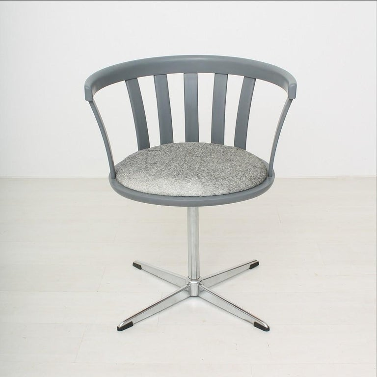 Rotatable Chrome base Upholstered with leather.