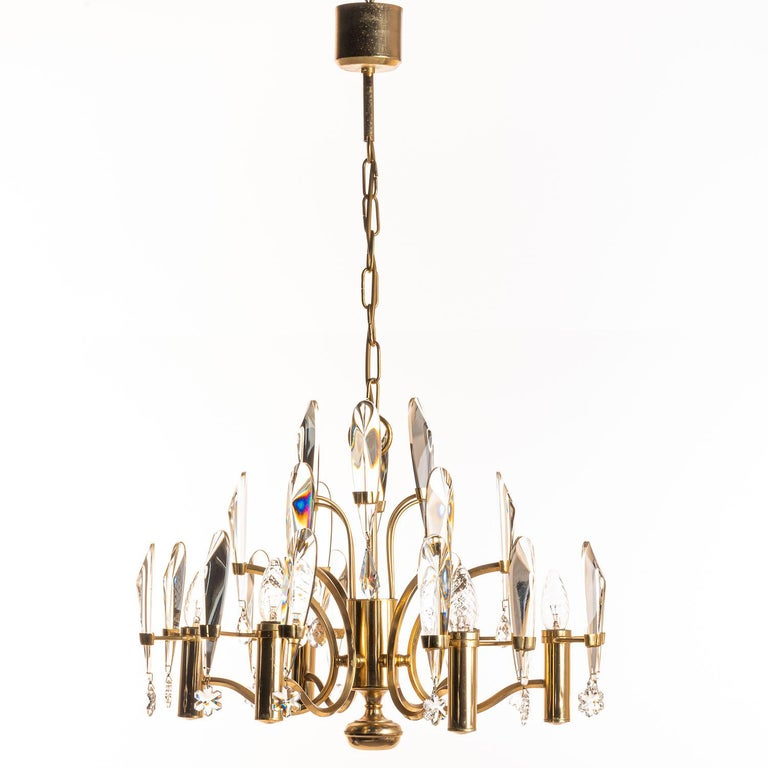 Glamorous lamp by Gaetano Sciolari. His signature design of in total 24 beveled edged crystal glass hanging from a gold-plated brass mount. Under each crystal glass bar is a classic crystal glass ornament. It holds six E14 lightbulbs Please note,