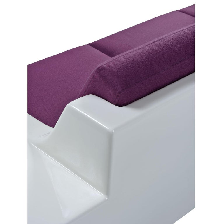 Futuristic Vintage Modern Indoor Outdoor White Fiberglass Sofa in Knoll Fabric For Sale 1