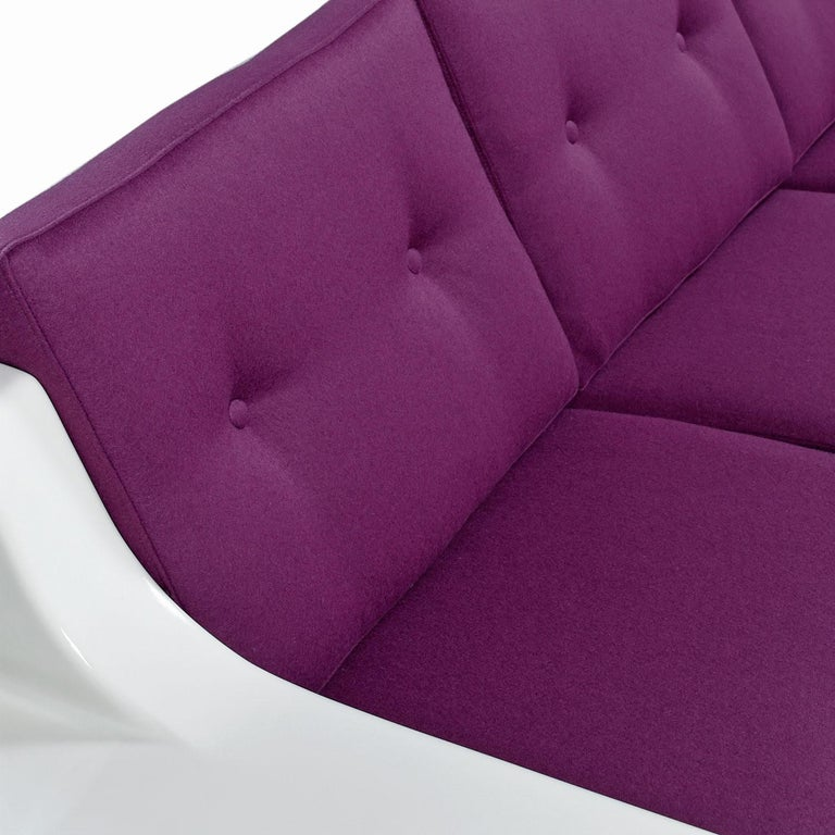 Futuristic Vintage Modern Indoor Outdoor White Fiberglass Sofa in Knoll Fabric For Sale 3