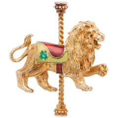 1970s Carousel Lion Pin Brooch in 14 Karat Yellow Gold, Emerald and Enamel