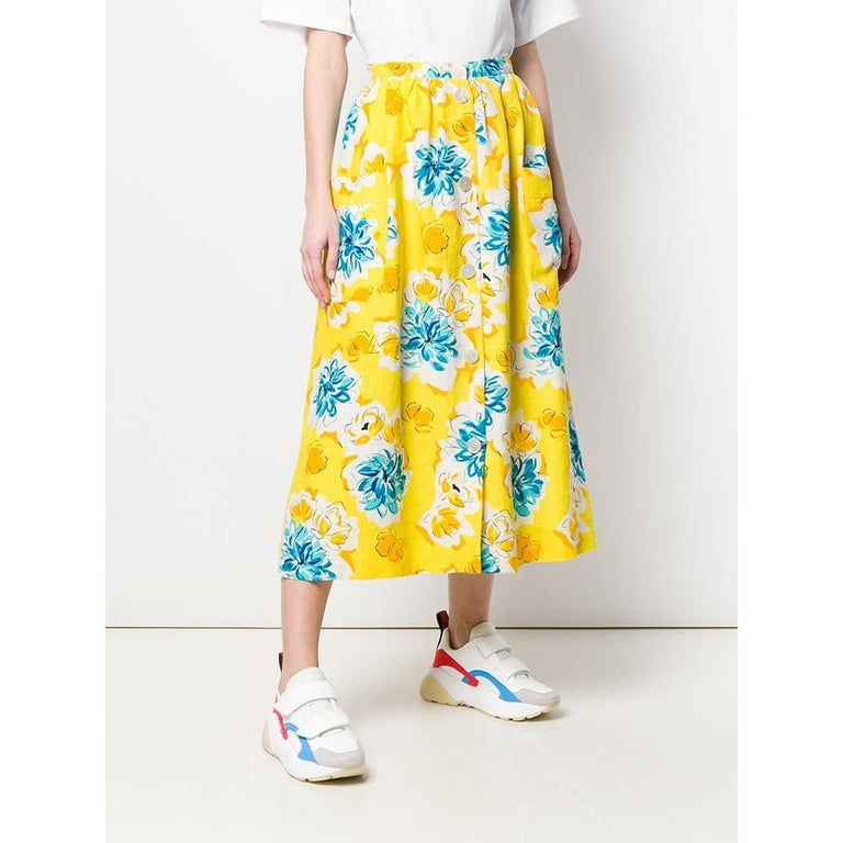 Céline wide skirt in yellow linen with floral print. Model with high waist, mid-calf length and front closure with white buttons.  Years: 70s  Made in France  Size: 38 FR  Linear measures  Lenght: 89 cm Waist: 37 cm Hips: 76 cm