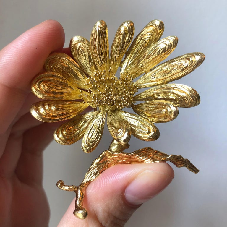 1970s Chaumet Gold Flower Brooch In Excellent Condition For Sale In New York, NY