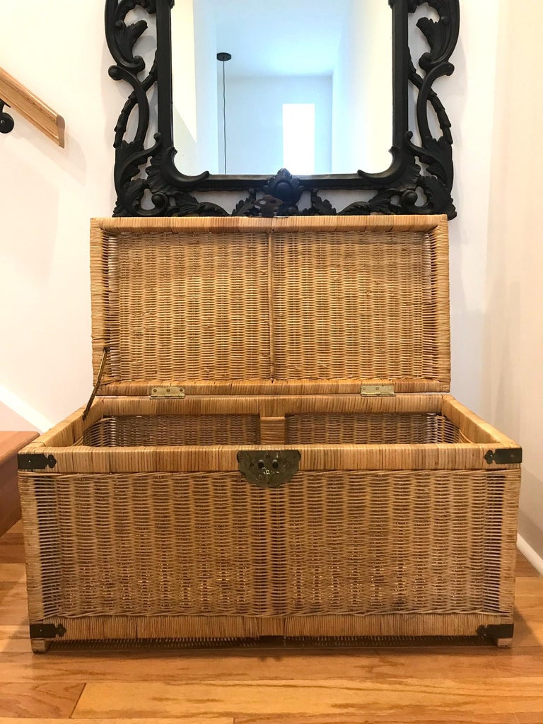 1970s Chinoiserie Handwoven Wicker Trunk or Blanket Chest with Brass Hardware In Good Condition For Sale In Miami, FL