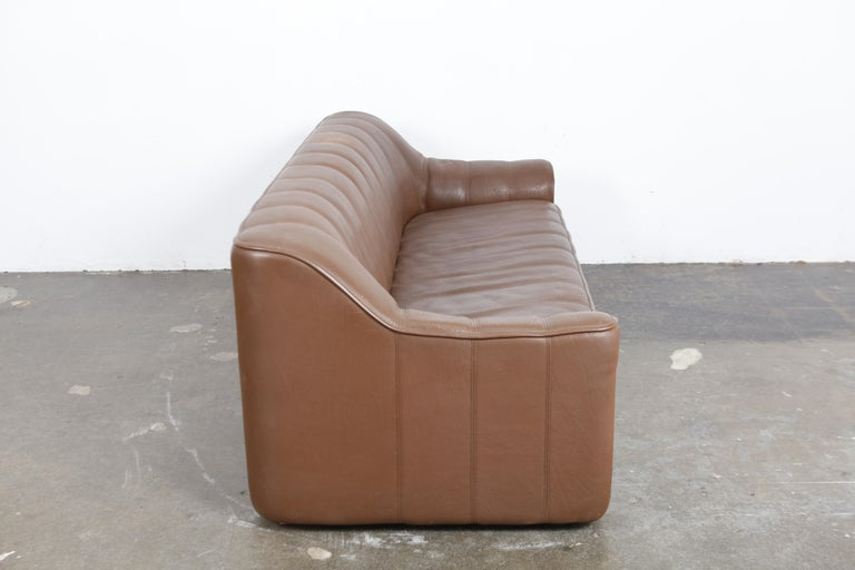 3-seat De Sede 'DS 44' sofa in original brown buffalo leather, extends to a larger seating depth, Switzerland, 1970s. No tears or damage, wear consistent with age and use.