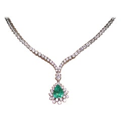 1970s Elegant Colombian Emerald Diamond White Gold Pendant Necklace