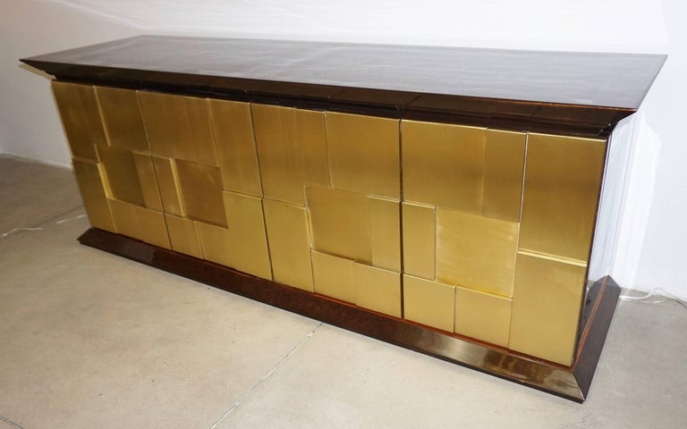 Mobile scultura, Sculpture Art Furniture as defined by Italian musician, sculptor and cabinet maker Luciano Frigerio, contemporary of Arnaldo Pomodoro, circa 1970.  This Work of Art cabinet / credenza is in solid walnut, the surround entirely