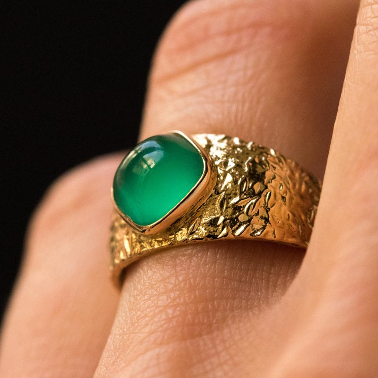 1970s Green Agate 18 Karat Yellow Gold Bangle Ring In Good Condition For Sale In Poitiers, FR