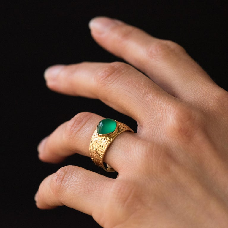 1970s Green Agate 18 Karat Yellow Gold Bangle Ring For Sale 2