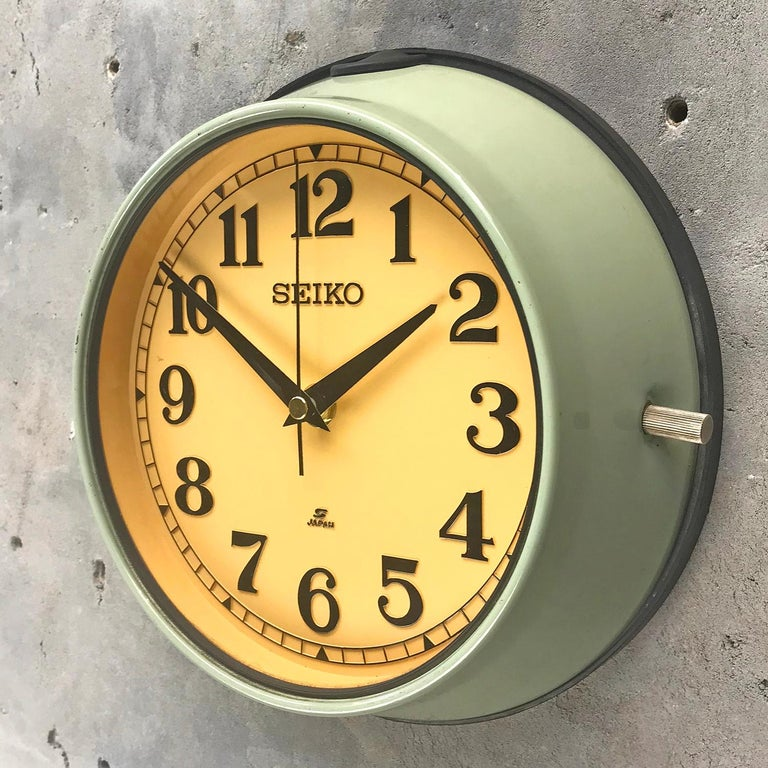 1970s Green Retro Seiko Vintage Industrial Antique Steel Quartz Wall Clock In Excellent Condition For Sale In Leicester, Leicestershire