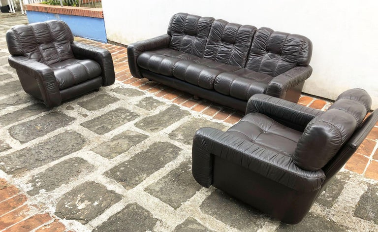 1970s Italian Brown Leather Sofa and Armchairs, Very Comfortable and Deep Design For Sale 1