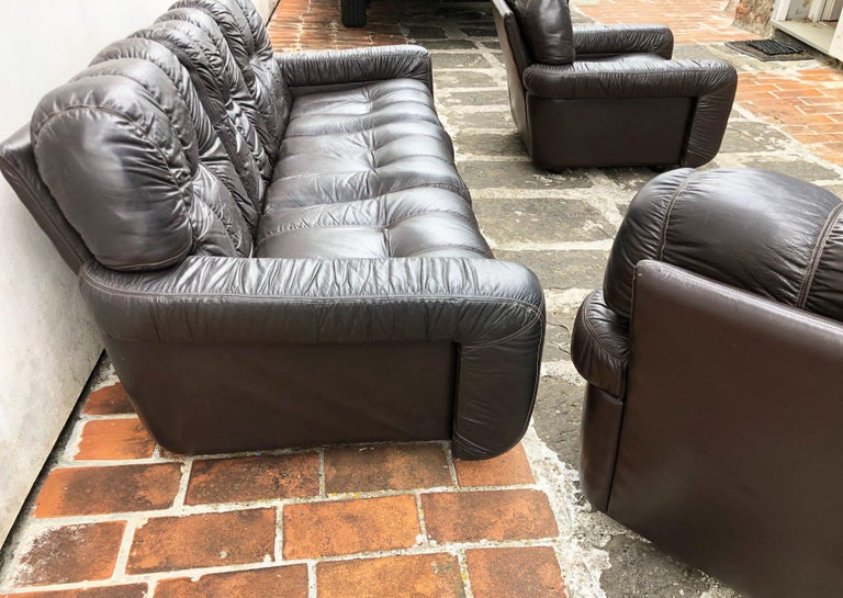 1970s Italian Brown Leather Sofa and Armchairs, Very Comfortable and Deep Design For Sale 4