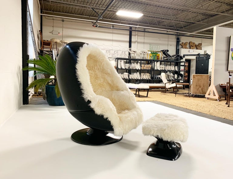 1970s Lee West Alpha Egg Chair and Ottoman Restored in New Zealand Sheepskin In Excellent Condition For Sale In SAINT LOUIS, MO