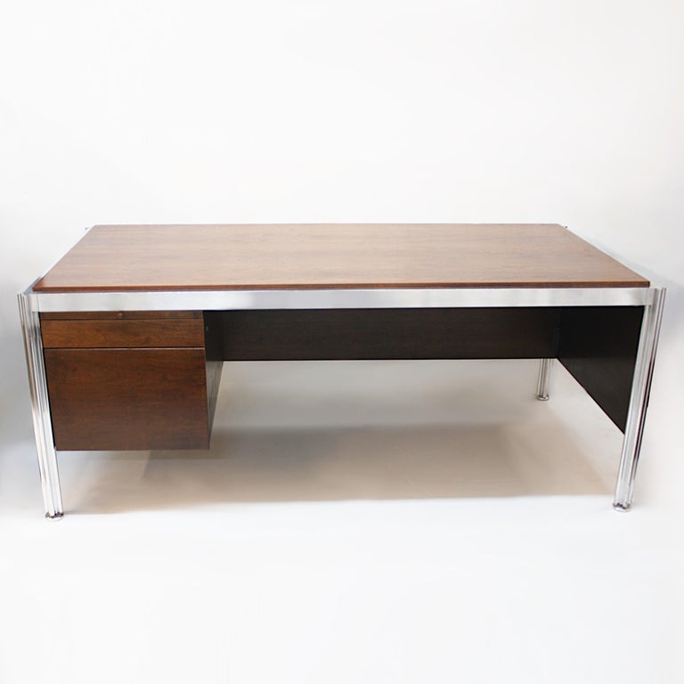 North American 1970s Mid-Century Modern Walnut and Aluminum Executive Desk by George Ciancimino For Sale