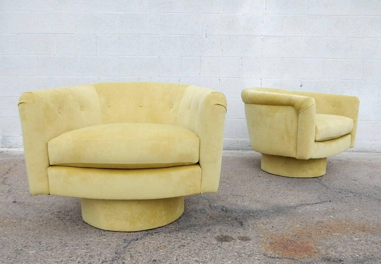 Mid-Century Modern Pair of 1970s Milo Baughman Style Velvet Swivel Lounge Chairs For Sale