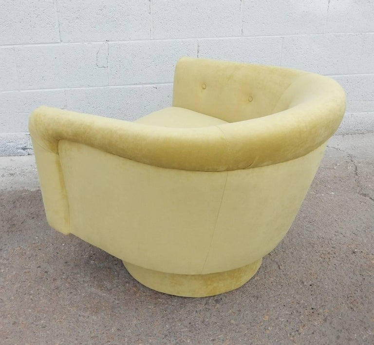 Late 20th Century Pair of 1970s Milo Baughman Style Velvet Swivel Lounge Chairs For Sale