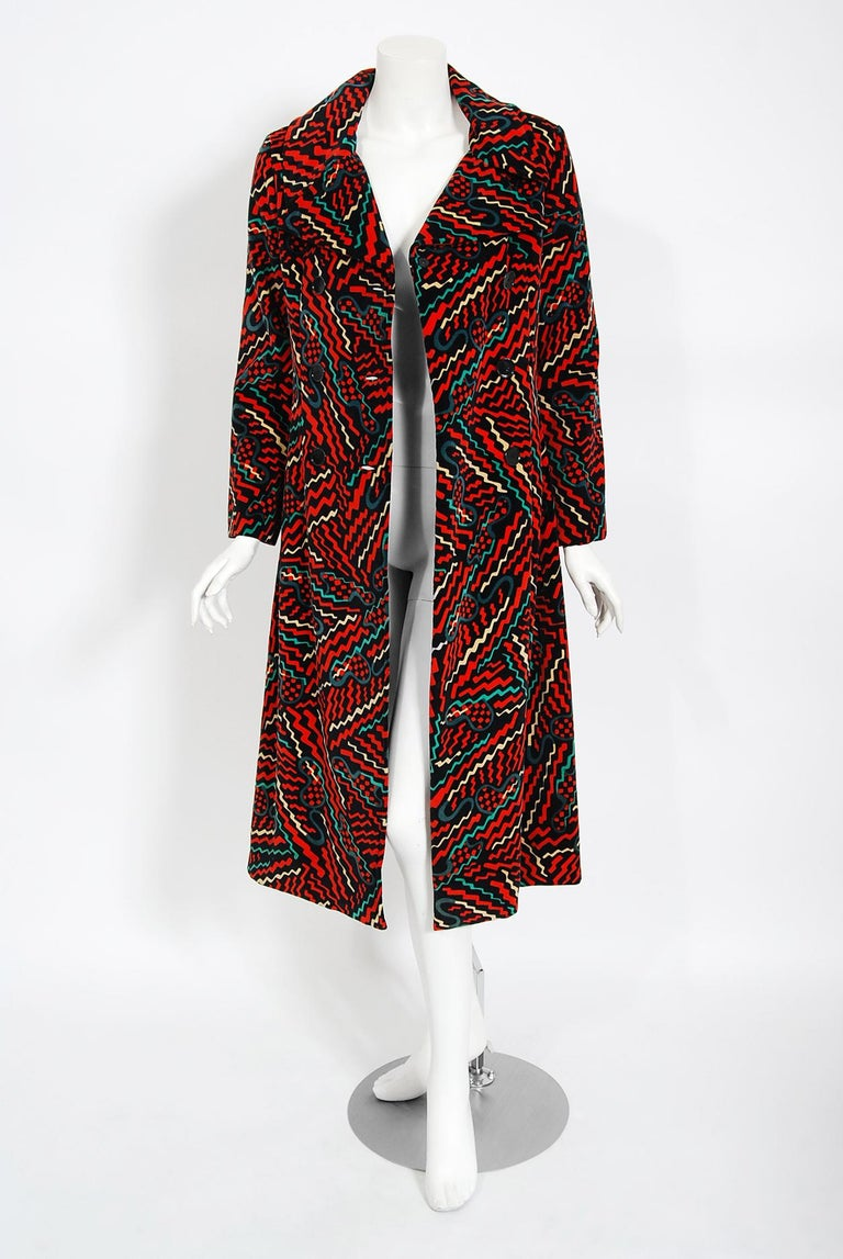 A gorgeous early 1970's Oscar de la Renta designer coat in one of the most interesting squiggle prints I have ever seen. Oscar de la Renta was one of the world's leading fashion designers. Trained by Cristóbal Balenciaga and Antonio Castillo, he