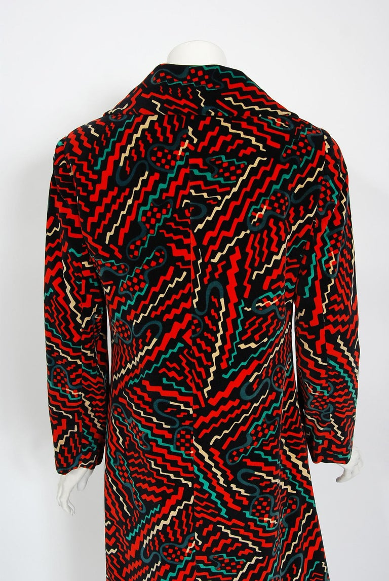 Vintage 1970's Oscar de la Renta Bold Squiggle Print Velvet Double-Breasted Coat For Sale 3
