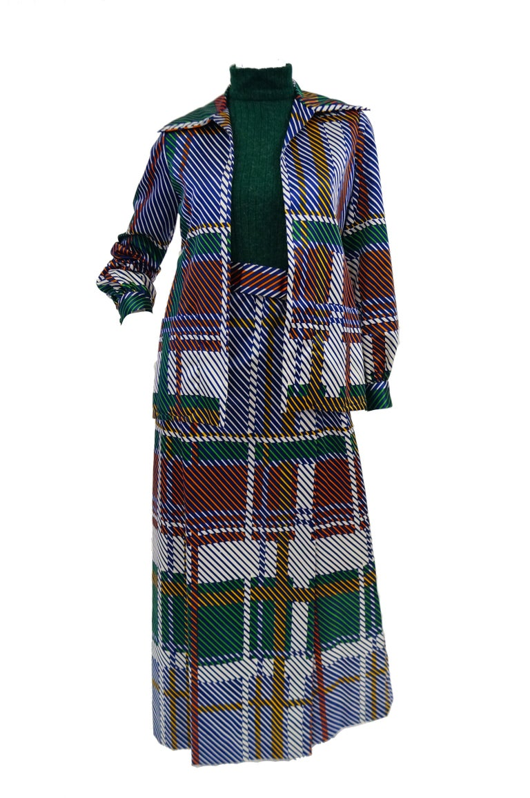 Amazing bright green Oscar de la Renta maxi dress and coordinating jacket! The long dress has a faux turtleneck and sleeveless bodice in a stretch knit fabric with thin ribbing. The cinched waist is accented by a wide belt, and the A-line skirt in