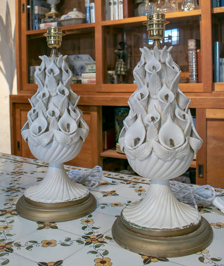 1970s Pair of Spanish White Porcelain Table Lamps In Good Condition For Sale In Malaga, ES