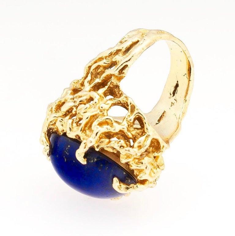 1970s Retro 14 Karat Gold Lapis Lazuli Freeform Naturalistic Cocktail Ring For Sale 4