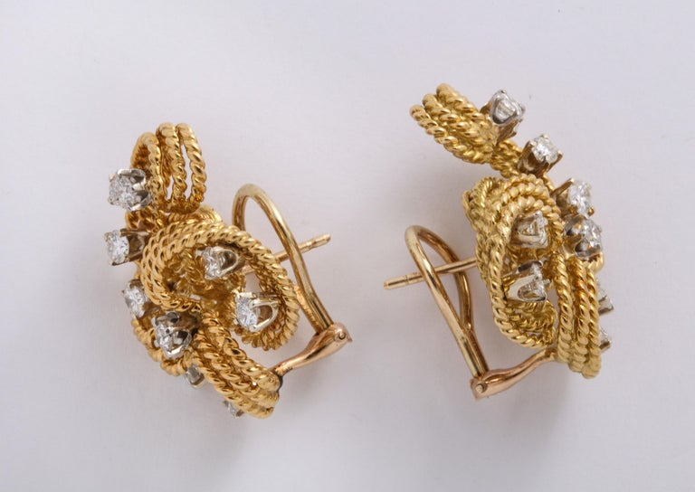 1970s Retro Twisted Wire 18 Karat Gold Diamond Cuff Necklace and Earring Set For Sale 5